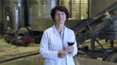 cinqüenta : Expert examines equipment at winery and writes down remarks