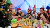 vinte anos : Large family happy to see each other during Christmas dinner