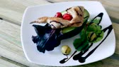 codorna : Broiled quail legs with fresh avocado, cranberries, greens and olives dressed with balsamic