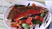 çili : Portion of mutton ribs roasted with chile pepper, served with spicy tomato and balsamic sauce and fresh vegetables Stok Video