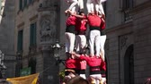 místní : BARCELONA, SPAIN - SEPTEMBER 23, 2018: Costumed castellers make castell near La Merca in Barcelona Dostupné videozáznamy