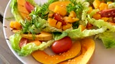 zeytinyağı : Tasty salad of baked pumpkin, cherry tomatoes, sesame and sauce Stok Video