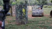 campo de batalha : Portrait of a team of adult people playing on paintball battlefield outdoo