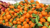сумма : Assortment of fresh mandarins and apples at farmers market Стоковые видеозаписи