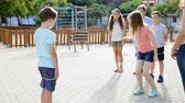 gummiband : Kids skipping on chinese jumping elastic rope in yard
