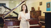 продавщица : Pretty saleswoman in piano record store