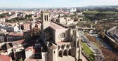 построен структуры : Above view Collegiate Basilica of Santa Maria in Manresa, Spain Стоковые видеозаписи