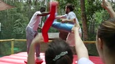 worstelen : Amusement playground Stockvideo
