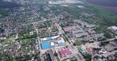 aménagement paysager : Aerial view of modern residential areas of small Russian city of Ozyory in sunny spring day Vidéos Libres De Droits