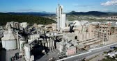 çimento : Aerial view of a huge cement plant with warehouses in Catalonia, Spain