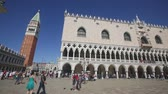 coluna : VENICE, ITALY - SEPTEMBER 5, 2019: Famous Palazzo Ducal on sunny day, Venice Vídeos