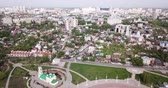 destino de viagem : Aerial view of Admiralty square of Voronezh with Assumption Church and Ship Museum on background with modern cityscape, Russia Stock Footage