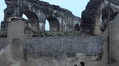 reconstrução : Wide pan up of old arches of a ruined church in Antigua, Guatemala