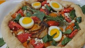 duro : Healthy, home cooked vegetarian pie with hard boiled eggs, cheese, tomatoes, onions, spinach, and rosemary push in dolly shot Vídeos