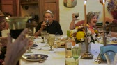 saúde : A large group of seniors toast each other at a dinner party or passover seder
