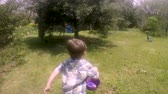 entusiasta : Enthusiastic young 4 - 5 year old cute boy running and finding Easter eggs on a Easter egg hunt