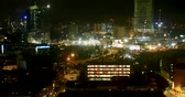 passagem : Time lapse of a busy city at night with traffic and construction cranes moving along