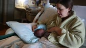 entregar : a mother and her cute newborn in hospital bed dolly shot Vídeos