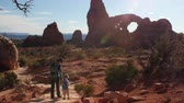 sal : A mother and kids hiking at turret arch in arches national park Vídeos
