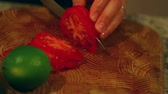 saláta : cutting a tomato for salad Stock mozgókép