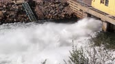 наводнение : Emergency flood gates opened at dam