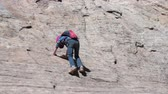 hidratação : Girl climbing on a rock canyon wall