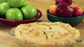 пирожок : hot apple pie from the oven Стоковые видеозаписи