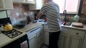 husband : A man cleaning the kitchen Stock Footage