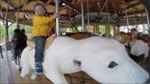 nemluvně : A little toddler at the hogle zoo in Utah riding a fun carousel with animals Dostupné videozáznamy