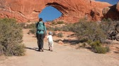 sal : People near North Window arch at arches national park Vídeos