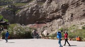 buddhismus : tourists visit the hanging temple monastery in datong china