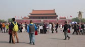 asiática : tourists wait in a line to see chairman mao zedong embalmed body in beijing china