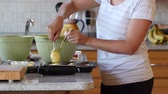 jedzenie : A woman makes cupcakes in the kitchen Wideo