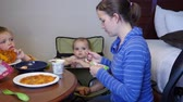 микроволновая печь : A young family eats their microwave pizzas in hotel room