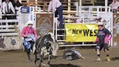 queue : un cow-boy à cheval éditorial un taureau fou au ralenti rodeo Oakley PRCA