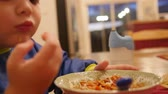 spagetti : Little boy eats a bowl full of spaghetti for dinner Wideo