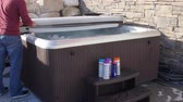 gorąco : Man closes hot tub cover after putting in chemicals Wideo