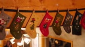 manto : Stockings hang from mantle during family party Vídeos