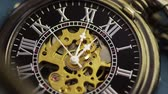 cep : Pocketwatch Timelapse (HD). Timelapse 15 minutes of a pocketwatch with central gears exposed. Stok Video