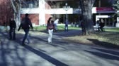 biblioteka : College students walking on a university campus. Wideo