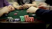 pôquer : A group of adults (gentlemen) play texas holdem poker