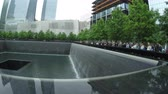 юг : New York City, USA - 21 May 2015: View of the South Pool at the National September 11 Memorial in Lower Manhattan. Стоковые видеозаписи