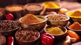 biber tanesi : Assortment of spices in wooden bowl background Stok Video