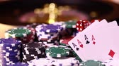 Pokerchips, roulettewiel in beweging Stockvideo