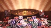 Pokerchips op speeltafel, roulettewiel in beweging