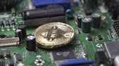 mikroişlemci : cryptocurrency bitcoin coins and chip slowly rotate close-up Stok Video