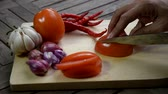 шалот : video footage hand slicing tomato at cutting board Стоковые видеозаписи