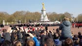 полиция : London, United Kingdom - 15th April 2019. Changing of the guard ceremony on Buckingham palace. Стоковые видеозаписи