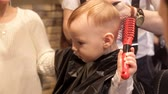 střih : A small child cut his hair in a brutal mens hairdresser