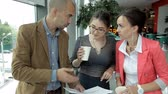 considerar : Business people drink coffee and discuss business ideas. Lunch,work,coffee shop